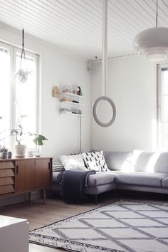 Uusi senkki / olohuone Koti, Couch, Interior, Furniture, Home Decor, Little Cottages, Settee, Decoration Home, Sofa
