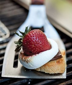 Who wants more s'mores? These #strawberry #s'mores are to die for!