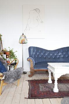 Hemma hos Louise & Filip | Lovely Life. pale floors, tufted sofa