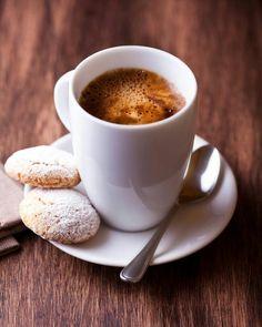 Coffee and cookies Coffee Cafe, Coffee Drinks, Coffee Photography, Food Photography, Coffee Break, Morning Coffee, Café Chocolate, Pause Café, Milk Shakes
