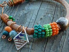 Jarní kožený náramek z hrubé kulaté kůže s kovovým přívěskem, bavlnkami a dřevěnými a skleněnými korálky je doplněný měděným lakovaným drátem a ručně drátovaným zapínáním.Délka náramku včetně zapínání je 20,4 cm. Beaded Bracelets, Jewelry, Jewlery, Jewerly, Pearl Bracelets, Schmuck, Jewels, Jewelery, Fine Jewelry