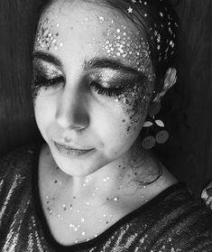 Maquiagem com muito glitter pro Carnaval #glitter #carnaval #maquiagemcarnaval Glitter Carnaval, Makeup Jobs, Halloween Face Makeup, Instagram, Mariana