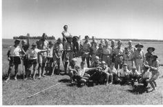 Los miembros de la Agrupacion Ararat junto a Kuir Manush ( a caballo ) en el Campamento Anual de Pedernales 1957 .-