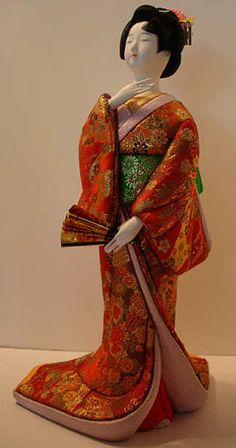 Muñeca japonesa de porcelana con kimono de seda.LOOKS JUST LIKE MINE IN MY HOUSE...SO BEAUTIFUL