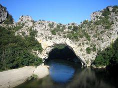 In grandioser Landschaft überspannt ein steinerner Bogen die spektakuläre Schlucht von Ardèche. River, Outdoor, Adventure Tours, Arch, France, Scenery, World, Outdoors, Outdoor Living