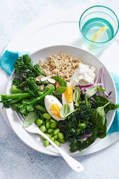 A vegetarian dish that won't leave you wanting, this healthy quinoa and brown rice bowl is just as delicious at breakfast as it is for lunch and dinner. Vegetarian Pasta Dishes, Easy Vegetarian Lunch, Vegetarian Dinners, Vegetarian Recipes, Healthy Recipes, Healthy Food, Roasted Radishes, Kale And Spinach, Brown Rice