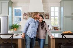 Chip and Jo take on a different kind of 'Fixer Upper' when they undertake a ground-up new build, creating a Euro-inspired cottage style home with grand interior spaces and beautiful views. Joanna Gaines Style, Chip And Joanna Gaines, Chip Gaines, Magnolia Fixer Upper, Magnolia Homes, Fixer Upper Tv Show, Hgtv Designers, Cottage Style Homes, Dining Room Design