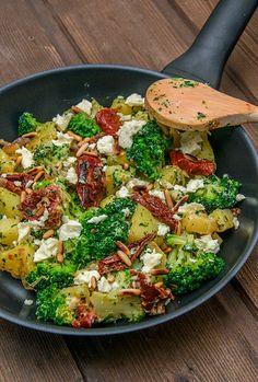 Kartoffel-Brokkoli-Pfanne mit Feta Potato broccoli pan with feta Kochrezepte Veggie Recipes, Vegetarian Recipes, Cooking Recipes, Healthy Recipes, Drink Recipes, Keto Recipes, Chicken Recipes, Clean Eating, Healthy Eating