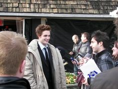 Dan Koday was seven years ago a reporter for SEVENTEEN MAGAZINE and posted this pic on his Facebook page. He remembers that today seven years ago he interviewed Rob on the Twilight set. Time flies!
