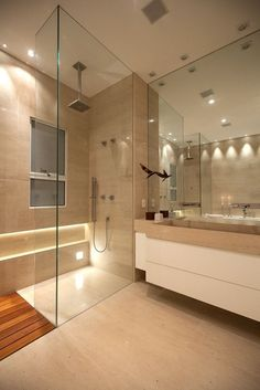 Banheiro com xampuzeira iluminada. | Fonte: Internet