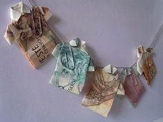 Košile složené z bankovek.