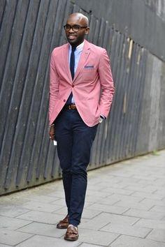 Mais um exemplo claro das referências mais cosmopolitas nos trajes tradicionais.