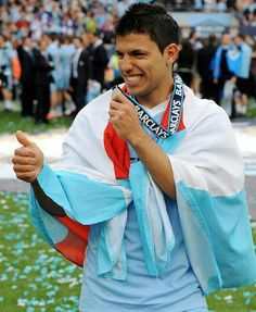 Kun Aguero celebrate Manchester City Premier Ligue Title with Flag of Club Atletico Independiente, May 2014