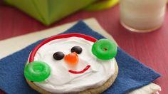 Voici des biscuits au sucre des fêtes qui n'ont pas besoin d'être roulés. Grâce aux biscuits au sucre Pillsbury*, au glaçage Betty Crocker* et à des bonbons tout simples, vous pouvez vous amuser à créer des visages de bonhomme de neige glacés.