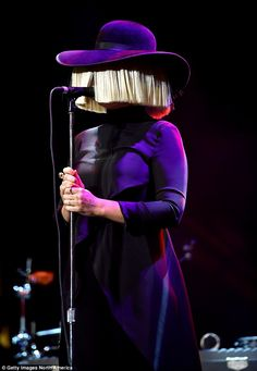 Sia wears her beloved blonde wig and hat Melanie Martinez, Sia Kate Isobelle Furler, Sia Music, Sia And Maddie, Bird Set Free, Acid Jazz, Jazz Band, Blonde Wig, Musica