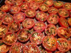 Langtidsbagte tomater med frisk rosmarin, hvidløg og granatæblemelasse - in the making