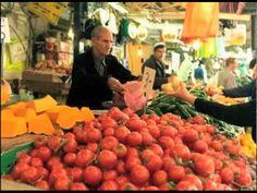En este video todo sobre la famosa Fiesta de La Tomatina, que se celebra en Valencia, España, precisamente en el municipio de Buñol, el último miercoles del mes de agosto. Durante este día, los participantes se arrojan tomates los unos a los otros. Mirá cómo es la célebre Fiesta de la Tomatina.