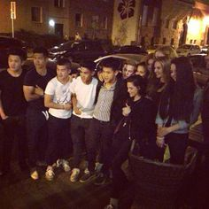 Kristen Stewart continua na Alemanha, agora na cidade de Lípsia, onde segue filmando seu novo projeto, Sils Maria. Abaixo, podemos ver uma foto tirada há pouco, em que a atriz aparece cercada por fãs, segundo informações, depois da festa de aniversário de um deles.
