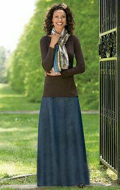 Long denim maxi skirt. Eerbare kleding. Eng. Modest clothing. Fr. Vêtement modeste. Du. Bescheidene Kleidung. Sp. ropa modesta. Ru. Скромная одежда.