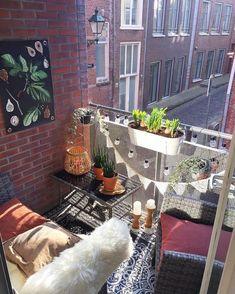 Meublez, décorez et aménagez votre petit balcon comme une pièce pour l'intérieur ! Des objets déco et des accessoires cosy et confortables.