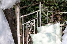 bezauberndes antikes Eisenbett aus Frankreich, um 1880 in der Antiken Schatzkiste bei Bamberg. Ladder Decor, Home Decor, Bamberg, Home Made, France, Antiquities, Dekoration, Decoration Home, Room Decor