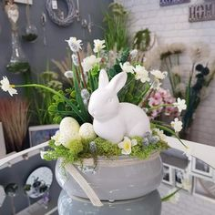 Diy Easter Decorations, Christmas Decorations, Unique Home Decor, Easter Crafts, Happy Easter, Flower Arrangements, Garden Sculpture, Celebrations, Centerpieces
