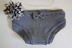 La petite culotte trop facile à faire! And if making her own panties was not that complicated. Make her panties –– DISCRETION INSURED – AvDIY easy, ecological and Coin Couture, Couture Sewing, Diy Clothing, Sewing Clothes, Upcycling Clothing, Children Clothing, Simple Wardrobe, Diy Vetement, Culottes