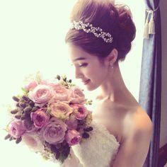 トップをふんわりさせたこなれアップヘアにカチュームを合わせると、ぐっと今っぽい花嫁様に。ミキモトのパール×ダイヤの輝きなら、可愛らしさも上品さも思いのままに演出できます。 @takamibridal #takamibridal #MIKIMOTO #pearl #diamond #weddingdress #weddinggown #bridalgown #dress #bridalfashion #wedding #bridal #bride #shooting #hairstyle #bouquet #flower #pink #タカミブライダル #ミキモト #ウエディングドレス #ドレス #ウエディング #ブライダル #花嫁 #プレ花嫁 #ヘアスタイル #カチューム #結婚 #結婚式 #パール