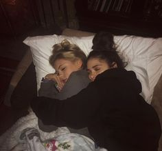 There's no one like your BFF! They will always have your back and get you through the good & the tough times. Check out these BFF pictures & bestie poses ideas Foto Best Friend, Best Friend Photos, Best Friend Goals, Best Friend Hug, Photos Bff, Photos Tumblr, Bff Pics, Love Pics, Best Friends Aesthetic