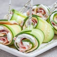 Cucumber Rolls with Ham and Cheese Ahhh. My mind immediately wanders to backyard barbecues, garden parties and outdoor festivities. In reality, spring in the northwest is a combustible combination of all four seasons, often … Cucumber Rolls, Cucumber Sandwiches, Healthy Snacks, Healthy Eating, Healthy Recipes, Keto Recipes, Best Appetizers, Appetizer Recipes, Party Recipes