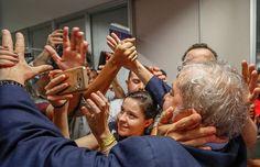 L'ex presidente del Brasile Lula è pronto per consegnarsi alle autorità, professando la sua completa estraneità alle accuse. Ma il popolo che lo ama lo difende e non sarà facile il suo arresto.