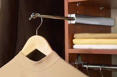 Instale uma haste interior extensível para ter espaço extra para o cabide. | 53 dicas para organizar o guarda-roupas que vão mudar a sua vida para sempre