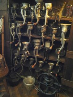 Vintage/Antique Kitchen Grinder Collection Cool Kitchen Appliances, Kitchen Pantry, Kitchen Utensils, Vintage Kitchenware, Vintage Dishes, Vintage Pyrex, Collection Displays, Collection Agency, Vintage Store Displays