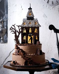 Haunted-House Cake Set atop a steep hill of chocolate cake, this forbidding cookie house features caramelized-sugar windows, black-licorice spires, and sunflower-seed shingles. Chocolat Halloween, Halloween Torte, Pasteles Halloween, Bolo Halloween, Halloween Treats, Haunted Halloween, Halloween Halloween, Halloween Pictures, Halloween Brownies