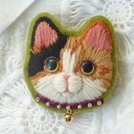 三毛猫の毛糸刺繍のブローチ1匹目