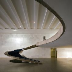 Stair - Ministry of Foreign Affairs - Brasilia, Brazil. Architect: Oscar Niemeyer, 1962. (Source: homedesigning)