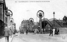 Pont levant rue de Crimée,Paris 19°, permet de traverser le bassin de la Villette. Un pont à bascule en bois existait à cet endroit avant la Commune, qui le fait disparaître en l'incendiant. Il est remplacé par un pont métallique tournant Mais des travaux de 1880 et 1883 élargissent le bassin et le rendent plus profond de 3 mètres. Le pont n'est pas adapté, il est donc remplacé en 1885 par le pont levant