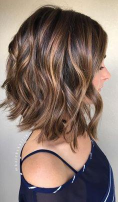 O long bob mais curto e com ondas bem marcadas é o estilo do corte mais pinado do Pinterest. Veja a galeria para conhecer todo o top 5! (Foto: Instagram @hairbykatlin)