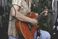 How to Choose the Best Acoustic Guitar Michael Angelo, Guitar Riffs, Guitar Chords, Guitar Strumming Patterns, Estas Tonne, Acoustic Guitar Amp, Bass, Home Music, Guitar Reviews