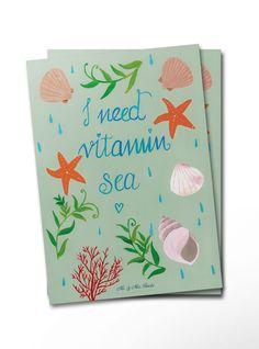 Postkarte Vitamin Sea aus Karton 300 Gramm  weiß - Das Original von Mr. & Mrs. Panda.  Diese wunderschöne Postkarte aus edlem und hochwertigem 300 Gramm Papier wurde matt glänzend bedruckt und wirkt dadurch sehr edel. Natürlich ist sie auch als Geschenkkarte oder Einladungskarte problemlos zu verwenden. Jede unserer Postkarten wird von uns per Hand entworfen, gefertigt, verpackt und verschickt.    Über unser Motiv Vitamin Sea  Ein Tag am Strand ist die beste Medizin! Der Sand zwischen…