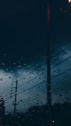 The Rain Keeps us Alive: Photo Decent Wallpapers, Rain Wallpapers, Wallpaper Backgrounds, Dark Backgrounds, Aesthetic Backgrounds, Aesthetic Iphone Wallpaper, Aesthetic Wallpapers, Rainy Night, Rainy Days