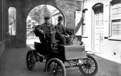 MASINA ELECTRICA. Edison a crezut că maşinile pot fi alimentate electric. În 1899 a început să dezvolte o baterie alcalină de stocare a puterii. Edison a renunţat la proiect, după aproximativ 10 ani, în condiţiile în care benzina nu era o problemă. Dar lucrarea lui Edison nu a fost în zadar – bateriile au fost folosite în farurile minerilor, semnalele de cale ferată si geamandurile marine.