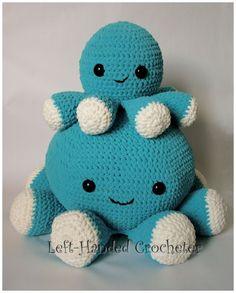 Kijk wat ik gevonden heb op Freubelweb.nl: een gratis haakpatroon van Left-hand Crocheter om deze leuke giga grote knuffel inktvis te maken https://www.freubelweb.nl/freubel-zelf/gratis-haakpatroon-inktvis-2/