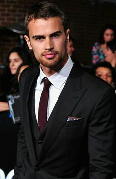 posted by Elsy Garcia in Fans of Theo James