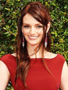 Gibt es eigentlich irgendwas, das Lydia Hearst nicht kann. Die Schauspielerin modelt, bloggt und entwirft ganz nebenbei Mode. Eine echte Powerfrau eben. Welche Power-Haarfarbe außer Rot würde da wohl besser passen.