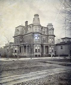 18 Amazing Photos Show Street Scenes of Detroit, Michigan in the Century ~ vintage everyday - Today Pin Old Mansions, Abandoned Mansions, Abandoned Buildings, Abandoned Places, Abandoned Castles, Haunted Places, Detroit Ruins, Abandoned Detroit, Detroit Houses