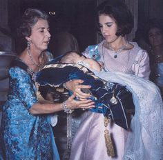 cotilleando:  Queen Anne-Marie with her mother Queen Ingrid of Denmark and her baby daughter Princess Alexia, July 1965
