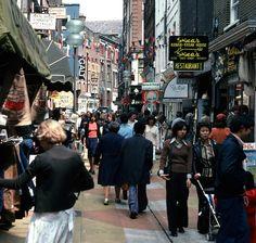 Londen 1978 Carnaby Street by makoekis, via Flickr Mod Girl, Swinging London, Carnaby Street, Vintage London, Hippie Style, Times Square, Gallery, Walking, England