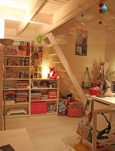 Art studio with a ladder the reach shelves! Love this idea My Sewing Room, Sewing Rooms, Space Crafts, Home Crafts, Craft Shed, Craft Room Storage, Craft Rooms, Studio Interior, Room Inspiration