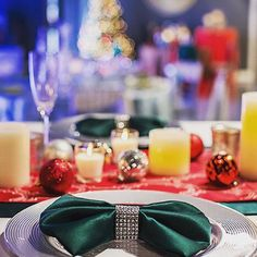 Live from the Michigan Showroom- We love this bow design in Hunter Duchess Satin for the Holidays and the Silver Think Rimmed Glass Charger finishes off the table with lots of candles and ornaments to make things festive! Get the #LinenHeroLook  #linkinbio #onFacebook Today 🎄